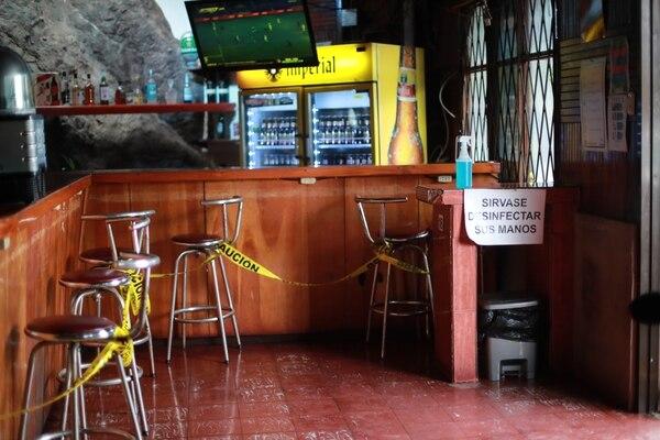 En el Bar y Restaurante Los Reyes, en San Antonio de Escazú, la barra está clausurada y en las entradas colocaron mesas con alcohol para que quienes ingresan se desinfecten las manos. Foto: Alonso Tenorio