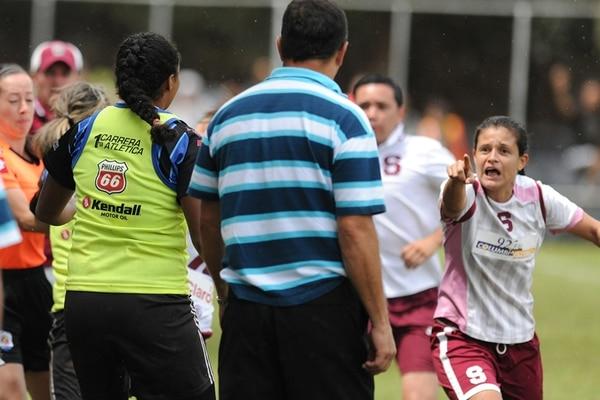 Ivonne Rodríguez señala a Paul Mayorga, luego de que este le hiciera una zancadilla al final del partido entre Saprissa y Moravia, por la final de la Primera División del fútbol femenino costarricense. | ADRIÁN SOTO