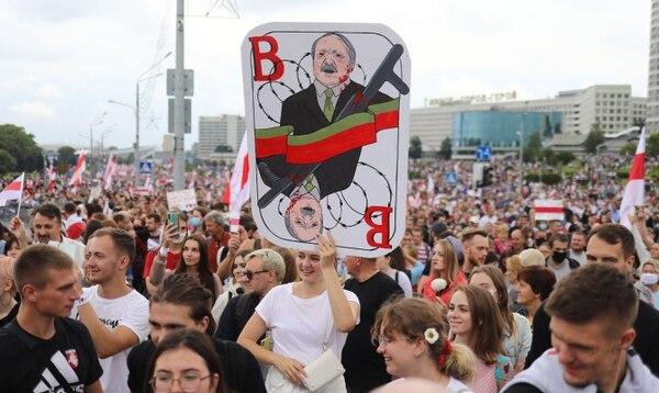 Opositores asisten a una manifestación para protestar contra los resultados de las elecciones presidenciales del 9 de agosto, en Minsk, el 6 de setiembre del 2020. Foto: AFP