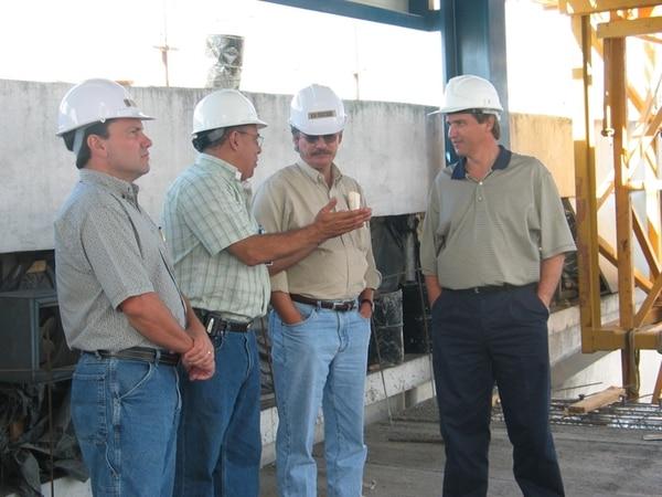 Robert (izq.) tuvo un papel clave en el crecimiento de Grupo Nación. En el 2004, visitó la construcción del edificio para la nueva rotativa, junto con Mario Hernández, Alejandro Urbina y Manuel Jiménez (orden usual). | ARCHIVO