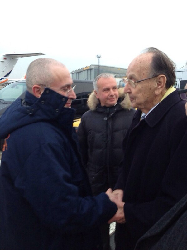 Hans-Dietrich Genscher (der.) y Mijail Jodrokovski se saludan en el aeropuerto Schoenefeld, en Berlín.   A¨FP