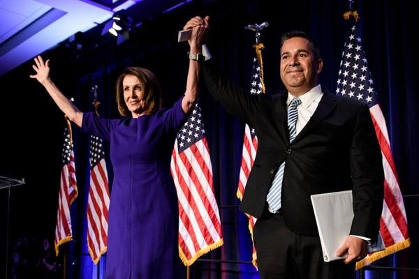 Nancy Pelosi, líder de la minoría demócrata en la Cámara Baja actual, y el también representante Ben Ray Luján festejaron el martes 6 de noviembre del 2018 los resultados de los comicios legislativos.