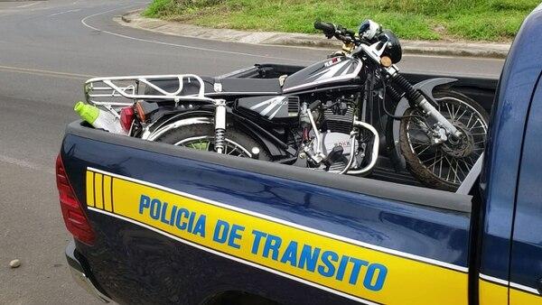 El vehículo involucrado en el accidente fue retirado del lugar por oficiales de la Policía de Tránsito. Foto: Edgar Chinchilla
