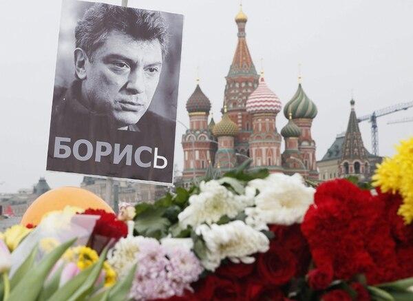 Un retrato del ex viceprimer ministro y líder de la oposición extraparlamentaria rusa, Boris Nemtsov, junto a unas flores en el lugar donde fue asesinado el 27 de febrero, en Moscú. | EFE