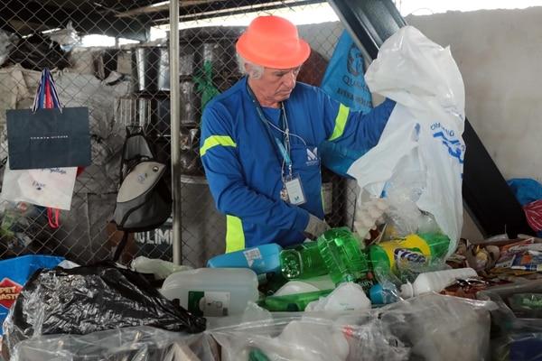 Mario Porras separa y acomoda algunos de los residuos valorizables que recibe la Municipalidad de Montes de Oca en su centro de acopio . Foto: Alonso Tenorio