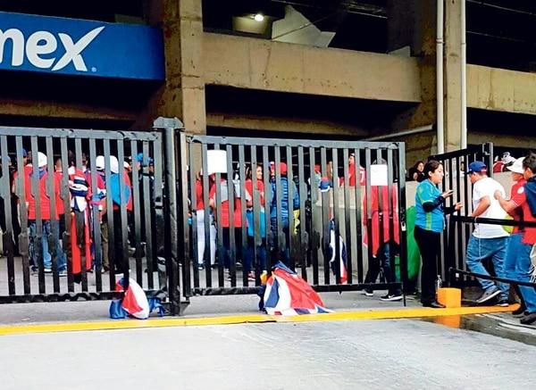 Muchos aficionados costarricenses se vieron obligados a dejar sus banderas en las afueras del Estadio Azteca. | KENNETH MELÉNDEZ