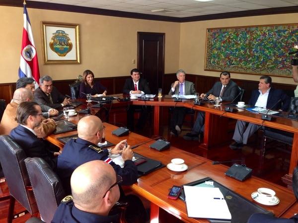 La presidenta Laura Chinchilla y jerarcas de seguridad del país se reunieron esta tarde en Casa Presidencial con los presidentes de Alajuelense, Saprissa, Cartaginés y Herediano.