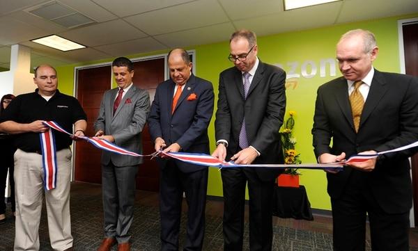 Christhian Rodríguez, gerente de Amazon Costa Rica (izq.); el presidente Luis Gmo. Solís, y Scott Kubicki, vicepresidente de la firma. | GRACIELA SOLÍS