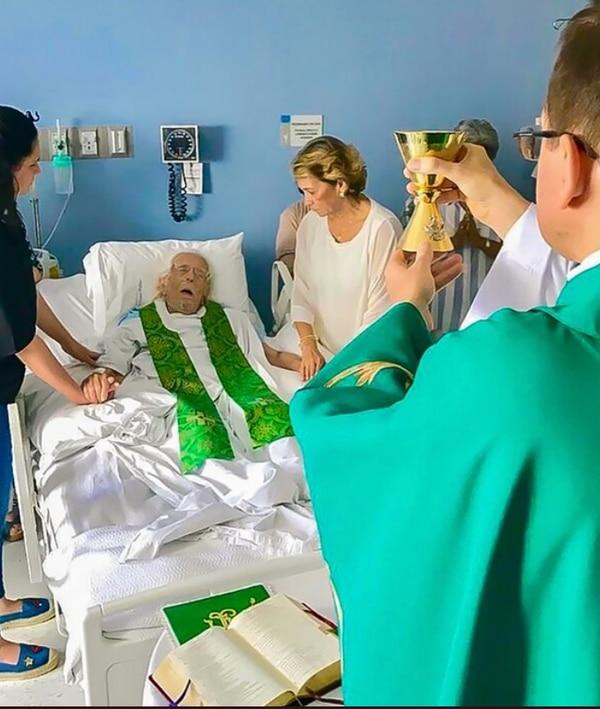 En el 2019, el nuncio apostólico de Nicaragua, Stanislaw Waldemart, celebró una misa junto a Ernesto Cardenal, en un hospital de Managua. AFP