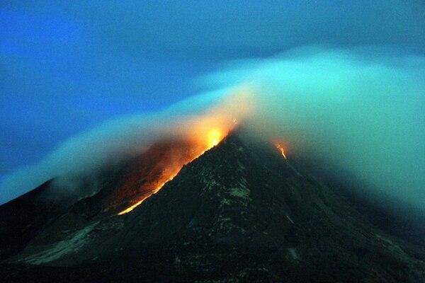Fotografía de larga exposición que muestra lava fundida saliendo del crater del Monte Sinabung este martes 16 de junio, desde la villa Kuta Tengah, en Karo, al norte de Sumatra (Indonesia).