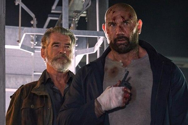 Pierce Brosnan y Dave Bautista en filme cuestionado por la crítica. ARCHIVO