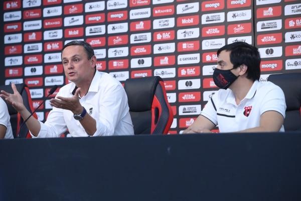 El presidente de Alajuelense, Fernando Ocampo (izq.), y el tesorero del club, Enrique Morúa, afirman que la Liga del futuro tiene bases muy sólidas en todas las áreas. Fotografía: John Durán
