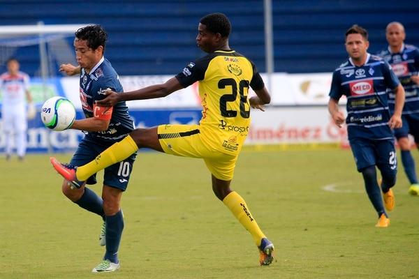 Rándall Brenes (izquierda) superó la marca del liberiano Joseph Centeno en la jornada siete del Apertura. Los brumosos se impusieron 1 a 0 en el Fello Meza.