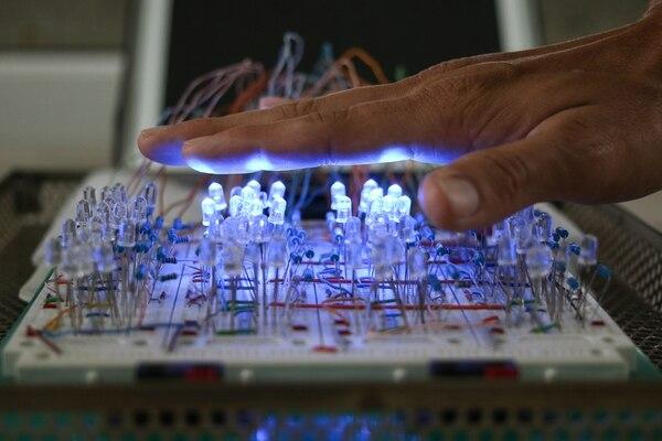 Uno de los proyectos presentados es una mesa con luces LED que da estimulación sensorial de personas con discapacidad. | JEFFREY ZAMORA