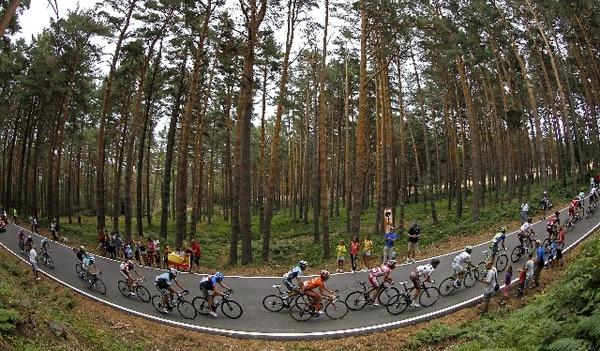 Cerca de 20 ciclistas protagonizaron una escapada del grupo general, durante la vigésima etapa de la Vuelta Ciclista a España. | EFE
