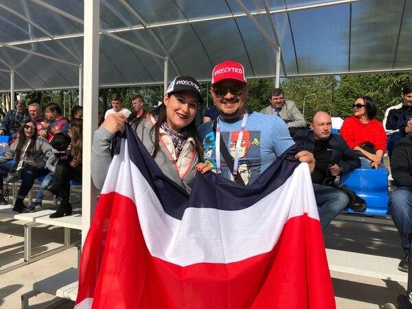 Lisa Cascante y Guido Arce acudieron este miércoles a la práctica de la Selección Nacional en San Petersburgo. Fotografïa: Esteban Valverde