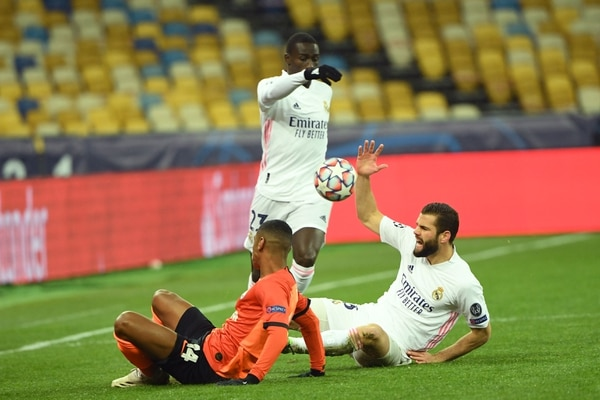 Shakhtar Donetsk's Brazilian forward Tete (L) is challenged by Real Madrid's Spanish defender Nacho Fernandez during the UEFA Champions League Group B football match between Shakhtar Donetsk and Real Madrid at the Olimpiyskiy stadium in Kiev on December 1, 2020. (Photo by Sergei SUPINSKY / AFP)