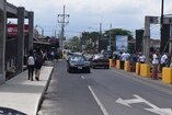(Video) Cosevi busca responsable de construir en media calle puente peatonal de Pococí