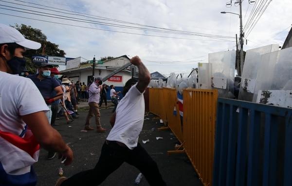 El pasado 12 de octubre, una manifestación frente a Casa Presidencial se tornó violenta y se reportaron varios policías heridos. Hasta ese momento, los eurobonos ticos perdían entre 1,6 puntos y 6,5 puntos. Foto: Alonso Tenorio.