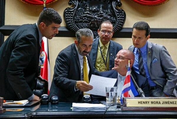 El Presupuesto llegará al plenario el 1.º de noviembre. Juan Luis Jiménez, del PLN; Henry Mora, del PAC, y Luis Vásquez, del PUSC, tomarán parte en la discusión. Aquí, los acompaña el asesor Sergio Ramírez. | MAYELA LÓPEZ
