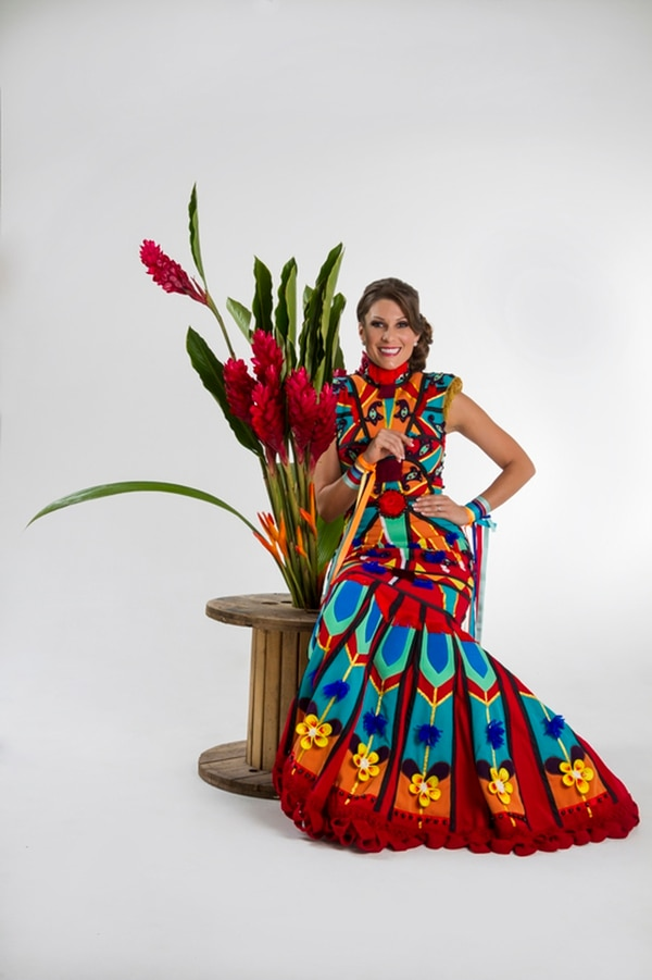 Helga Barrantes en el 2013 con su traje nacional inspirado en la carreta típico. Fotografía: Archivo/Arnoldo Robert.