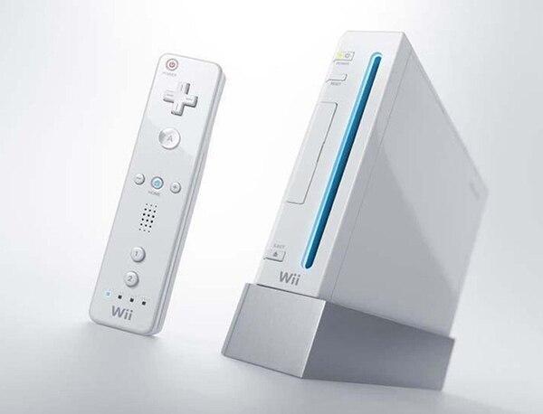 El Nintendo Wii innovó en materia de controles. Los usuarios, con movimientos interactivos de manos y pies, podían controlar la consola. Muchos la usaron hasta para hacer ejercicio. FOTO: Wiki Commons
