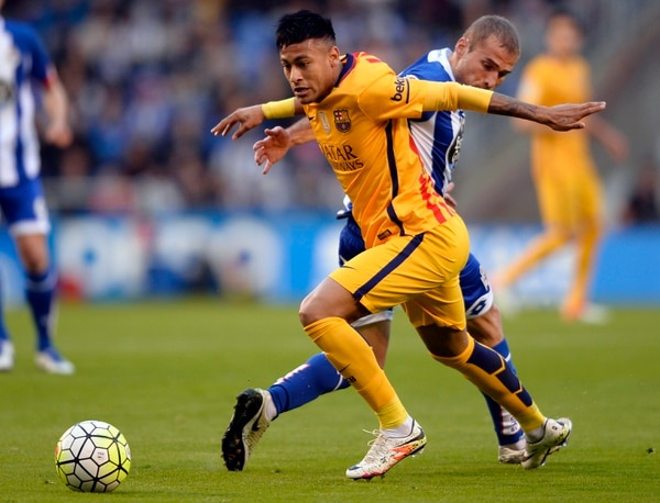 Neymar disputa la pelota con Alex Bergantinos, durante el partido de este miércoles entre el Deportivo de la Coruña y el Barcelona.