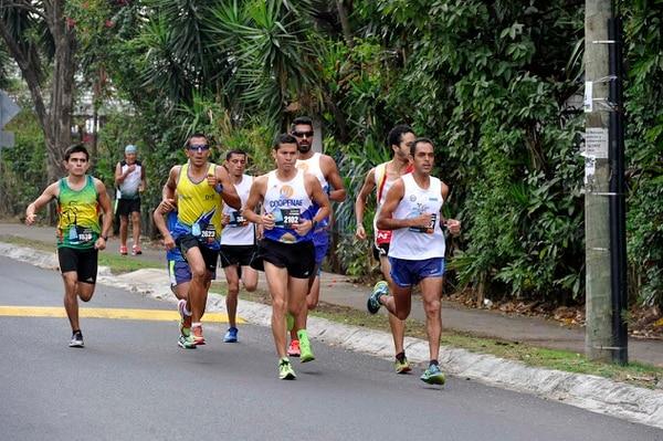 Yasser Reyes (izquierda) marcó el paso de la punta de la Urban Run en los primeros 1.000 metros, cuando aún tenía compañía. Luego, Hibert Mora (atrás de Reyes, al centro) tomaría el control y ganaría la prueba.