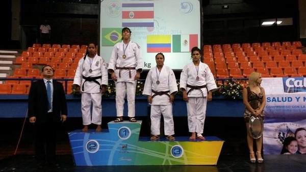 Diana Brenes luce una de las medallas que obtuvo el pasado fin de semana en el torneo realizado en El Salvador. | CORTESÍA DEL COMITÉ OLÍMPICO NACIONAL