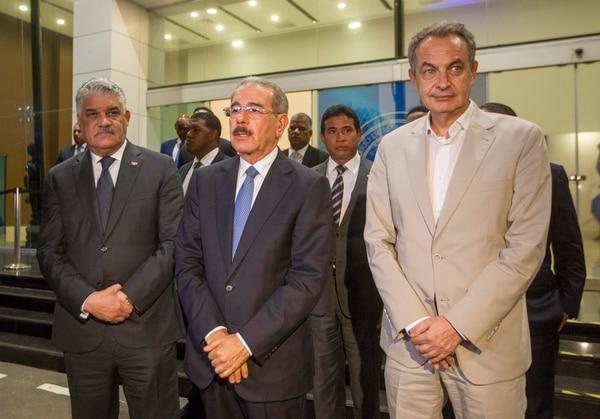 El presidente de República Dominicana, Danilo Medina (centro); el canciller dominicano, Miguel Vargas Maldonado (izq.); y el expresidente español, José Luis Rodríguez Zapatero, hablaron ante la prensa sobre el diálogo entre el gobierno venezolano y la oposición.