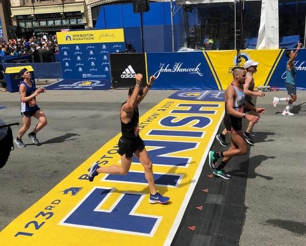 Sebastián Castro celebra al momento de cruzar la meta en la Maratón de Boston. Foto: Cortesía Sebastián Castro