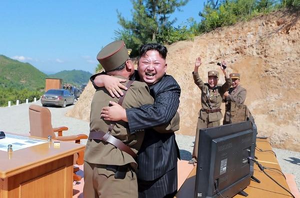 El gobernante norcoreano, Kim Jong-un, festejó el martes el disparo de un misil de alcance interncontinental.