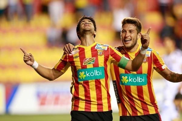 El defensor central y capitán rojiamarillo Pablo Salazar festeja su anotación frente a Uruguay, junto con su compañero Francisco Calvo en el sábado pasado, en el estadio Eladio Rosabal Cordero. | RAFAEL PACHECO