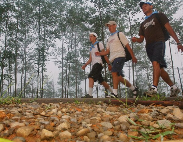 Si va a tomar la decisión de caminar para mejorar su salud, lo aconsejable es buscar la compañía de un grupo o de una amistad. | ARCHIVO
