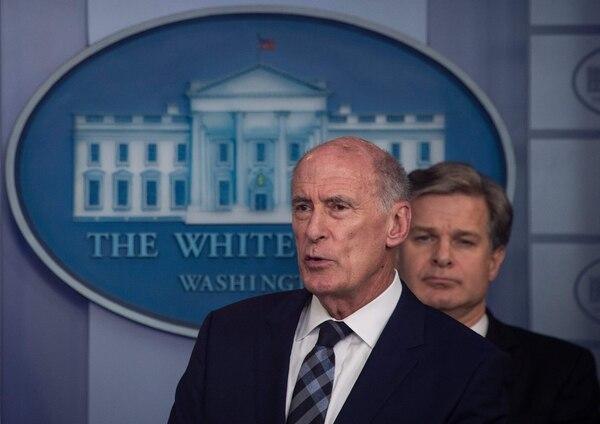 Dan Coats, director de Inteligencia Nacional, se refirió -este jueves 2 de agosto del 2018- las maniobras rusas para influir en el debate político interno. En la conferencia e prensa, en la Casa Blanca, lo acompañó el jefe del FBI, Christopher Wray (derecha).