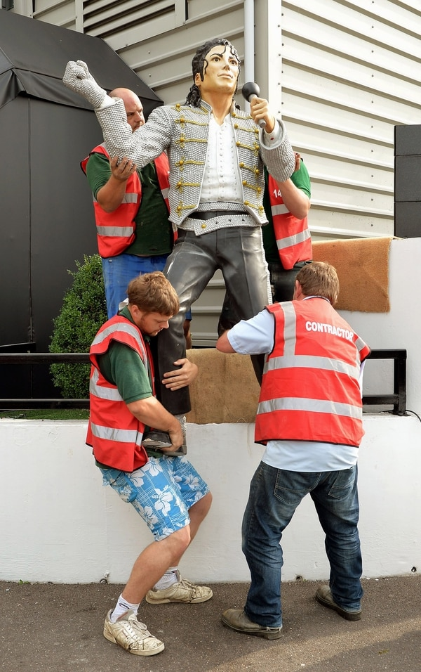 Un grupo de operarios quitan la estatua de Michael Jackson que estaba cerca de las oficinas del Fulham, equipo inglés donde milita el delantero costarricense Bryan Ruiz.