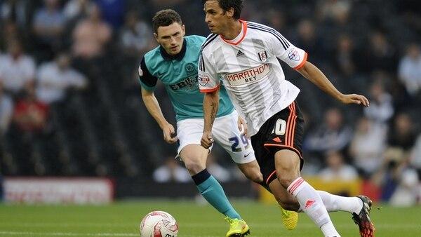 Bryan Ruiz maneja el balón durante el partido del Fulham ante el Blackburn Rovers.