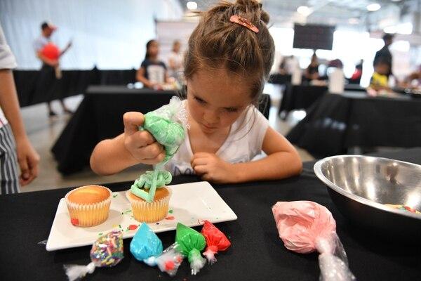 La niña Malia Faz participó en la clase de decoración de Cup Cakes que impartió Sabores la Escuela. Foto: Nina Cordero