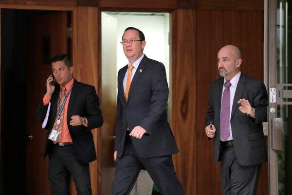 El jefe de prensa del Ministerio de Seguridad, Carlos Hidalgo, acompañó ayer al ministro Celso Gamboa y al director de la DIS, Mariano Figueres en Casa Presidencial. | ALBERT MARÍN