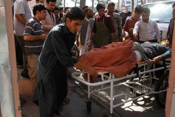 Un hombre herido por la explosión de una bomba era llevado a un hospital, este miércoles 31 de julio del 2019.