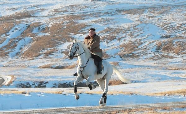 Kim Jong Un, máximo dirigente norcoreano, a galope en la nieve del monte Paetku. La foto data del 16 de octubre del 2019.
