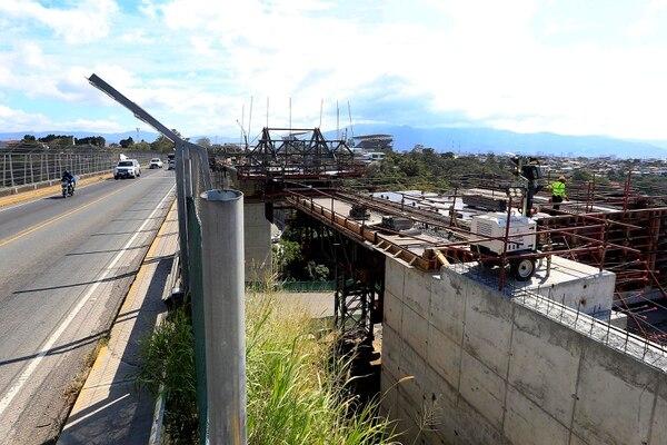 La intención del MOPT es ampliar el viejo puente una vez que se termine de construir el puente paralelo. Foto: Rafael Pacheco