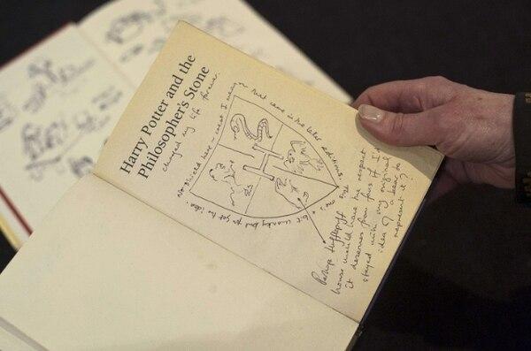 El libro de Harry Potter subastado tiene anotaciones y 22 ilustraciones originales de J.K. Rowling   AFP