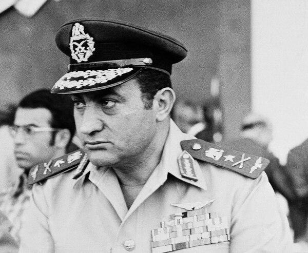 Hosni Mubárak, comandante de la Fuerza Aérea egipcia, durante un desfile militar en El Cairo, el 6 de octubre de 1974.
