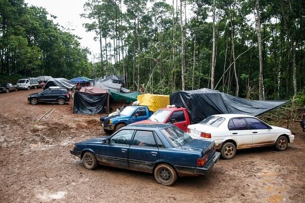Champas y vehículos se reparten a las orillas del camino en la finca Vivoyet, que ya resiente el deterioro por la presencia de centenares de buscadores de oro. | ADRIÁN SOTO
