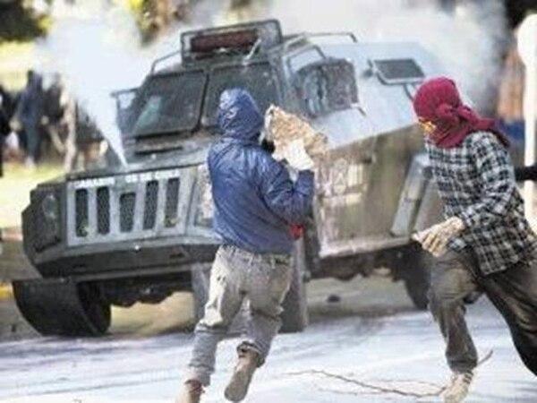 Manifestantes y las fuerzas del orden chocaron ayer en Valparaíso.   AFP.