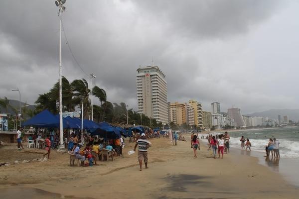 Aspecto general de la nubosidad en el puerto de Acapulco propiciado por la tormenta tropical