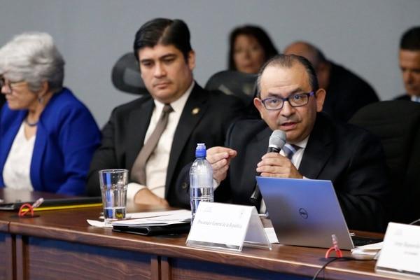 El 18 de octubre, Marvin Carvajal acompañó al presidente Carlos Alvarado y la ministra de Hacienda, Rocío Aguilar, a la audiencia en a que el gobierno le solicitó a los magistrados avalar la imposición de topes a las pensiones de lujo. Foto: Albert Marín.