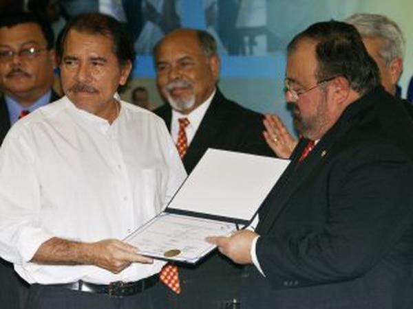 Roberto Rivas, titular del Consejo Supremo Electoral (CSE), entregó a Daniel Ortega las credenciales como presidente reelecto el 6 de enero del 2007.