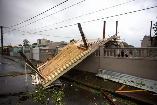 Un techo sucumbió este martes 19 de setiembre del 2017 a la fuerza de los vientos del huracán María en la localidad de Goyave, en la isla de Guadalupe.